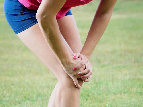 Chấn thương khớp gối là điều dễ gặp phải khi chạy bộ ngoài trời