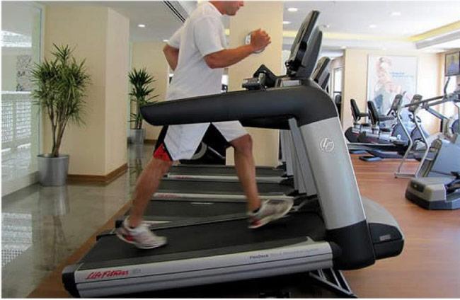 Đi bộ giảm cân trên máy tập đi bộ