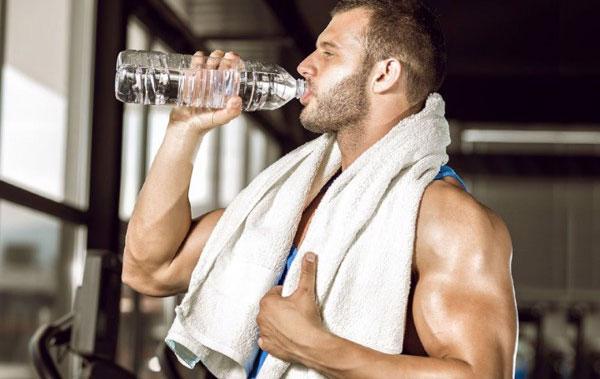 Uống nước trong khi tập Gym giúp tăng sự chuyển hóa trong cơ thể