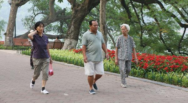 Người già có nên đi bộ không