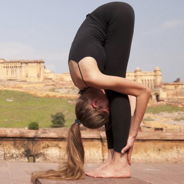 Tư thế Yoga đứng gập trước