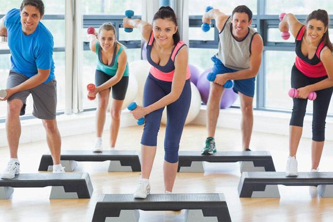 Tập aerobic kết hợp tập tạ giúp giảm cân