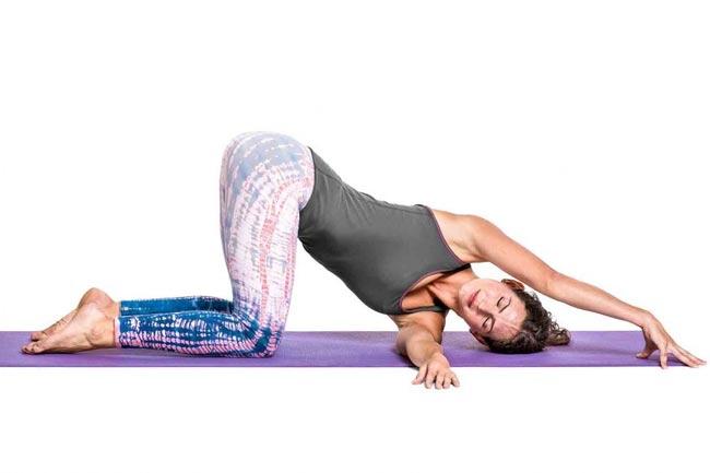 Tư thế Yoga luồn kim
