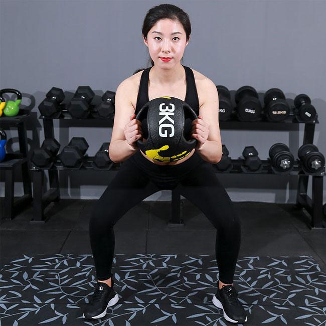 Bài tập với bóng thể lực cao su